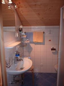 Duschraum zu Zimmer Kellaspitze - klein, aber fein